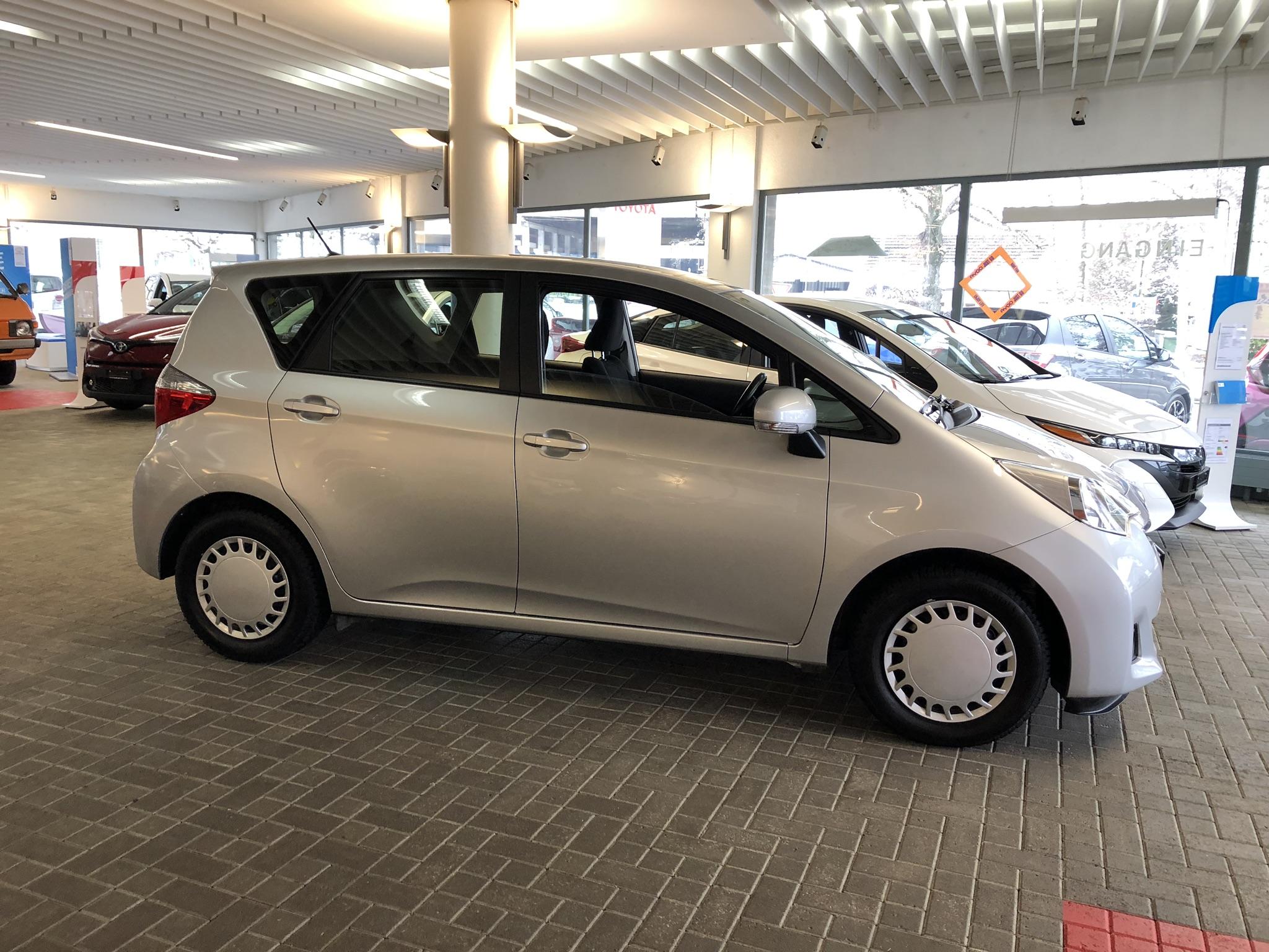 Der Toyota Verso S ist der gute Kompromiss: nicht zu gross zum Fahren, genug gross für meine Box
