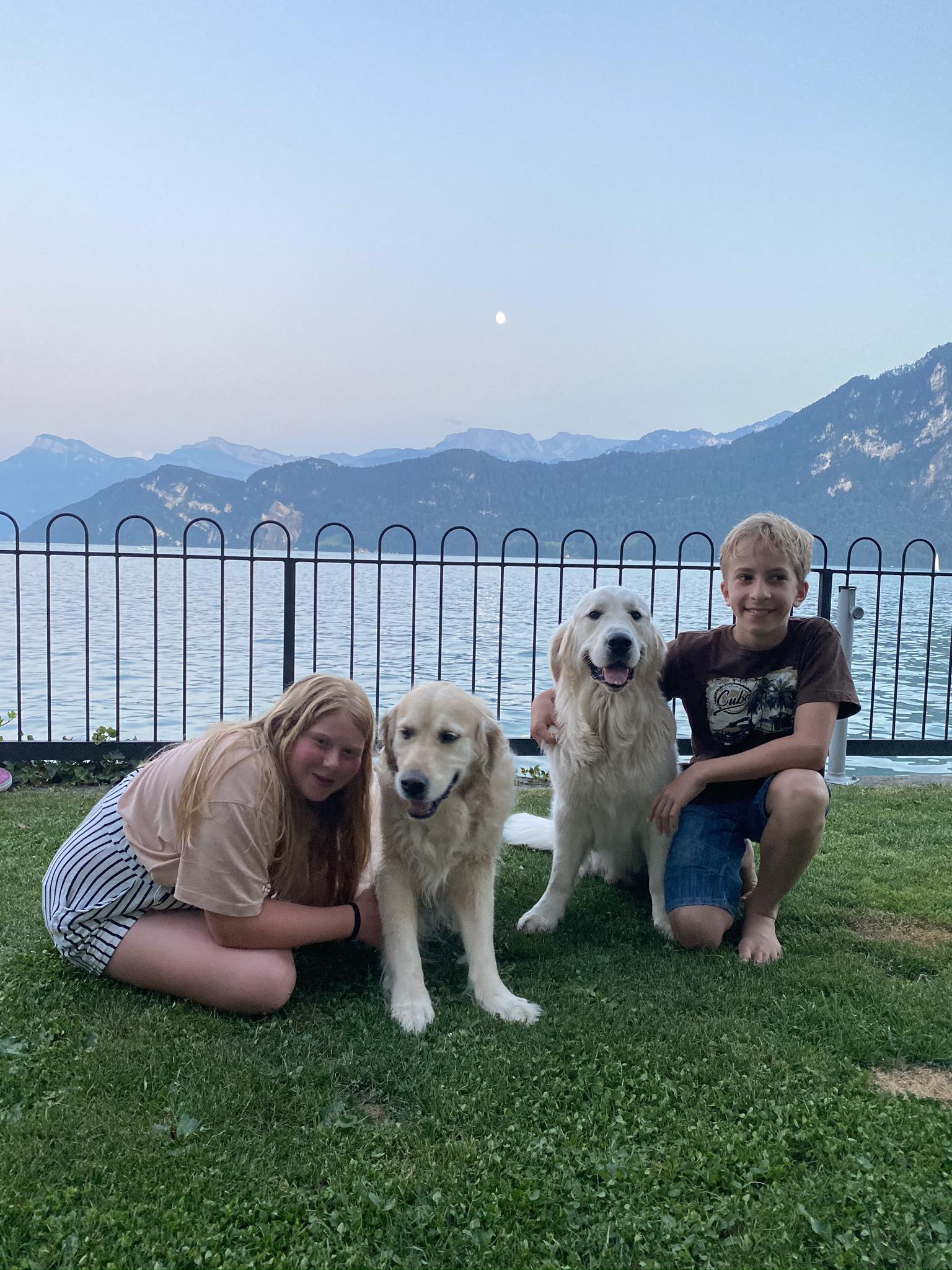 Lea mit Aron (mein grosse Vorbild - ein Therapiehund!) und mein Freund Simon mit mir