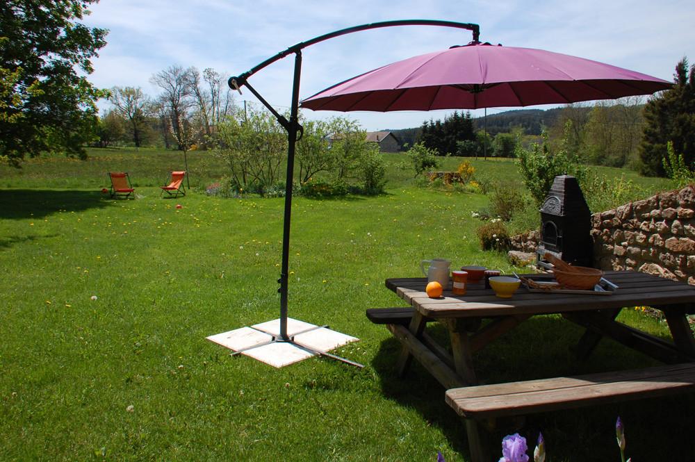table d'extérieur et barbecue