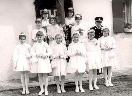 Vorsitzender Jakob Seitz mit den Festmädchen und Kommunionkindern Fahnenbraut 1965 war Maria Seitz