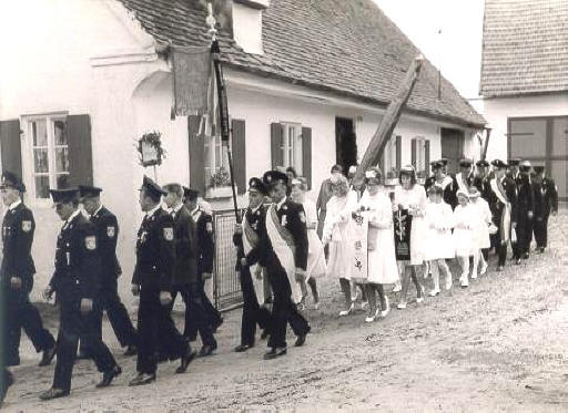 Auszug der verhüllten Fahne Voraus die Standarte der Freiwilligen Feuerwehr Alberzell, getragen von Johann Kölbl