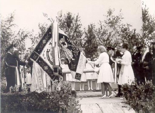 Patenverein war die Freiwillige Feuerwehr Klenau-Junkenhofen Hier beim traditionellen Kreuzen der Fahnen
