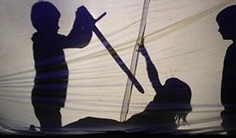 Links oben eine Szene aus dem Theaterprojekt, Krieger und Sybille Günther (Mitte). (Foto: Claudia Richter  Eberbach-Channel 31.01.2013)