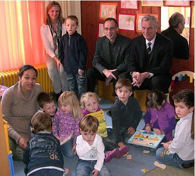Muni Schanzenbächer (l.) mit KIGA-Kindern, Kindergartenleiterin  Ingrid Schuh, Dekan Ekkehard Leytz und Dr. Gunter Blankenhorn   von der Bürgerstiftung  (Foto: Claudia Richter Eberbach-Channel 23.11.11)
