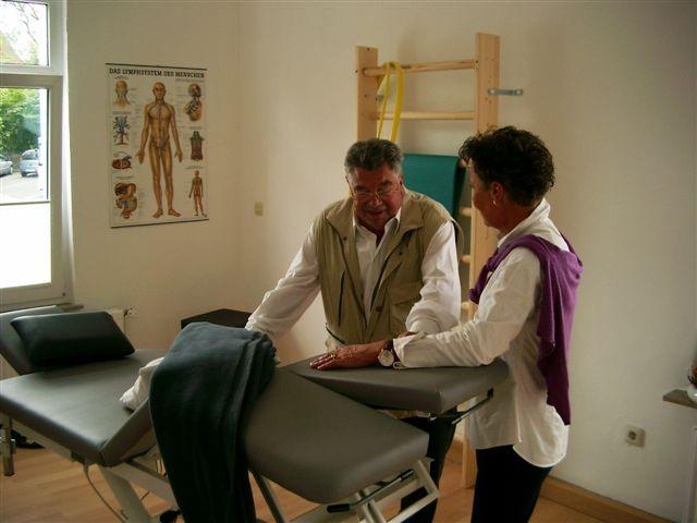 Christa Meyer bei der Vorstellung der Massagetherapie