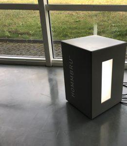 HOMMBRU entwickelt und produziert unsichtbare Lautsprecher aus Corian die sowohl für den Einsatz im Innenbereich als auch OUTDOOR – geeignet sind. Durch die patentierte Technologie können individuelle Klangelemente nach Wunsch gefertigt werden. Ob im Möbe