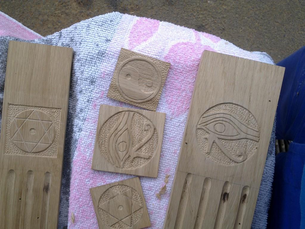 sculptures sur montants de meuble de bibliothèque et sur plaquettes de chêne