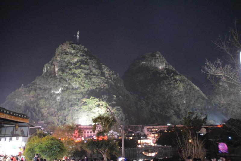 周りにも岩山がボコボコとライトアップされてます。