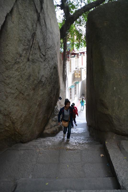 大きな岩の間をすり抜けながら頂上を目指します。