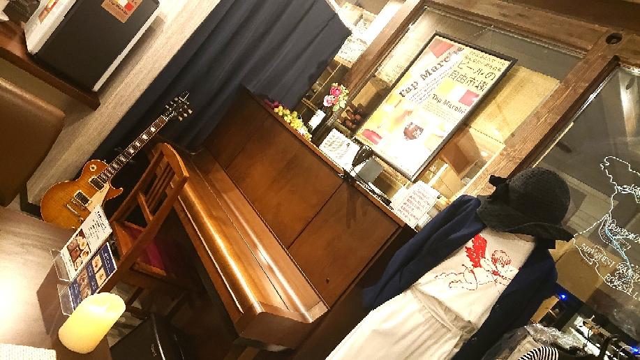 店内奥のピアノとギターそして服たち。。