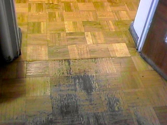 Mosaikparkett mit alter abgenutzter Versiegelung