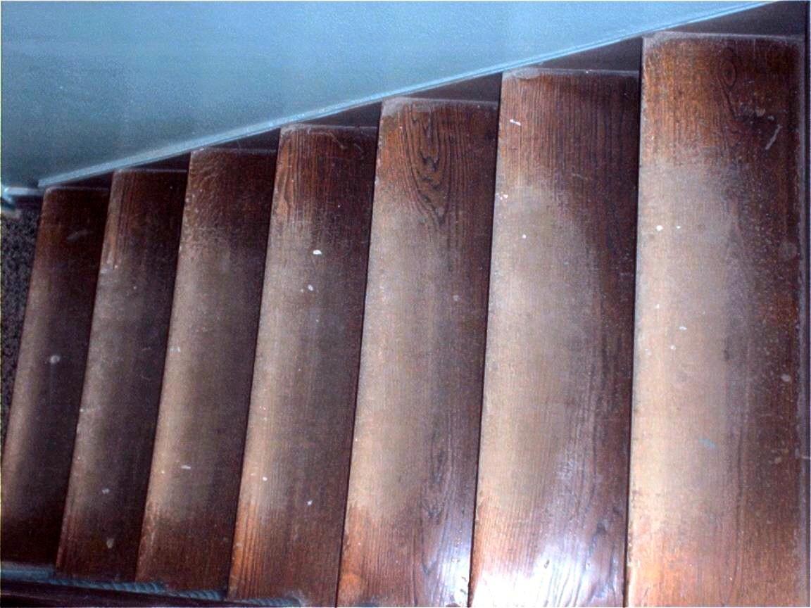 Treppe mit alter abgetretener Versiegelung schleifen