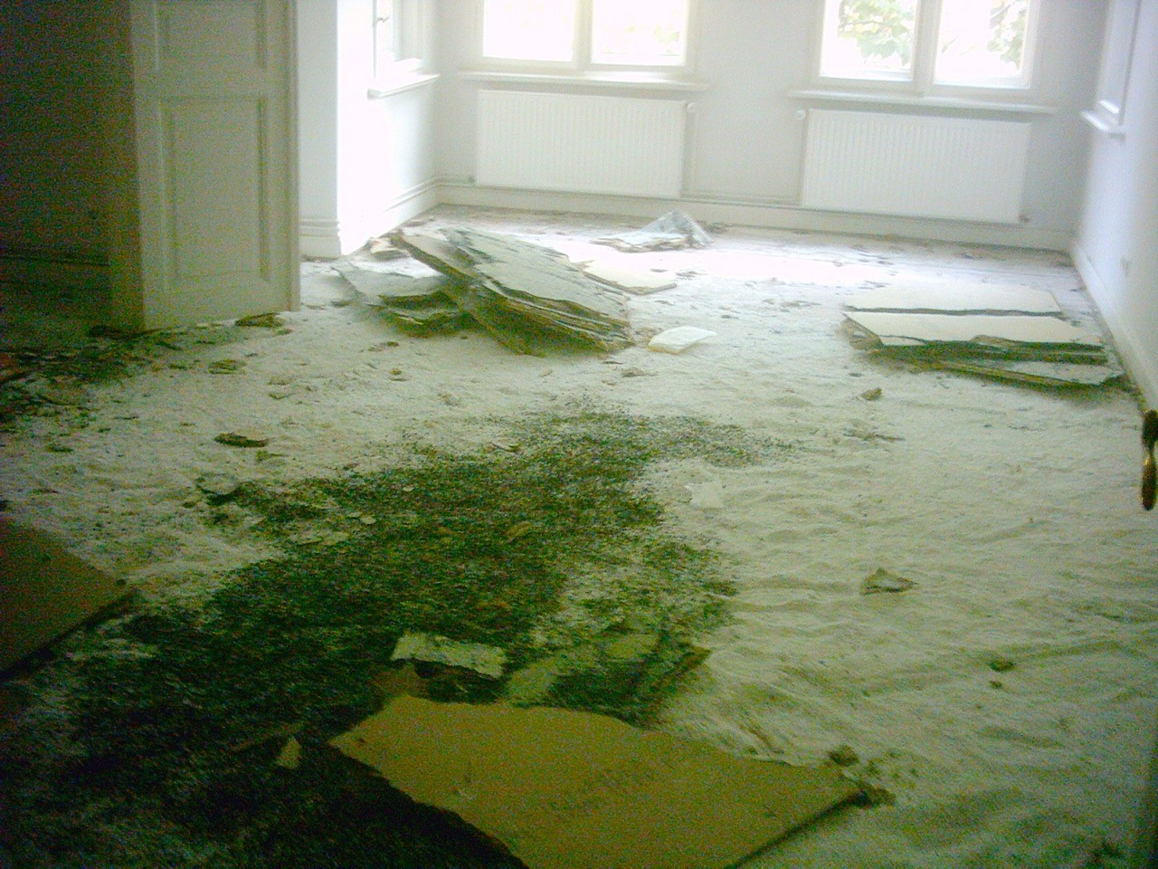 Fischgrätparkett unter Granulatschüttung, Spanplatten und Teppich