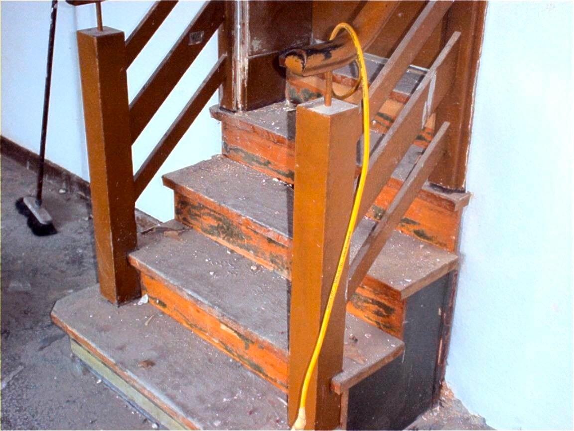 Treppe mit Farbschicht schleifen