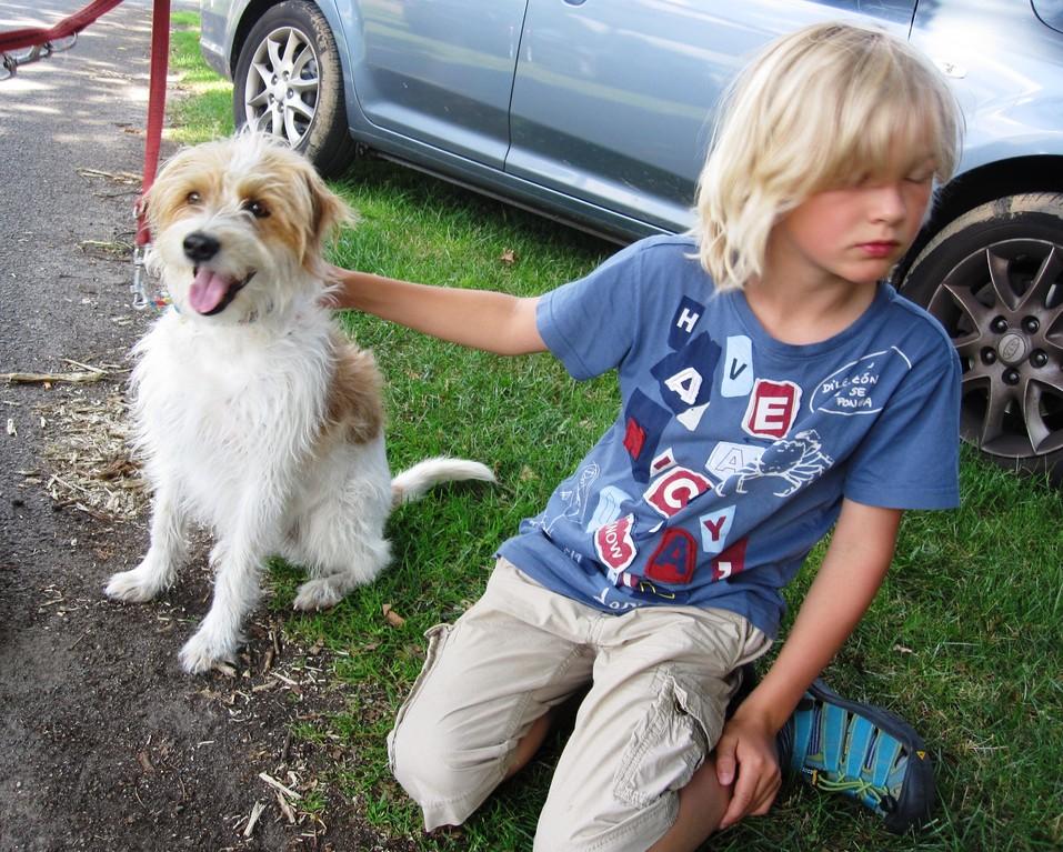 Kleiner Hundefreund mit Finy..