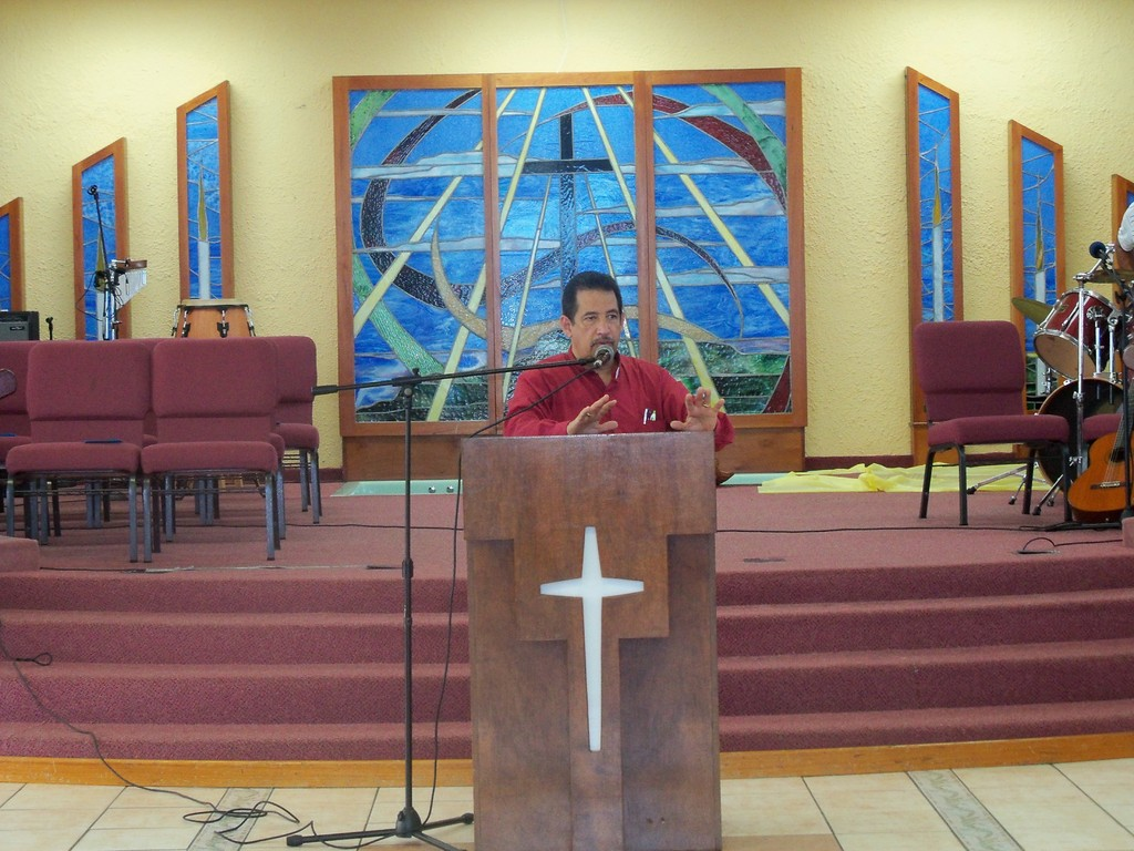 Rev. Dr. Candelaria imparte instrucciones a la iglesia