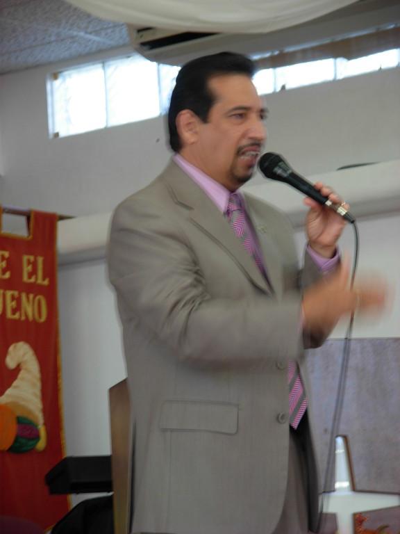 dr. Candelaria predica el dia de Accion de Gracias en Carolina