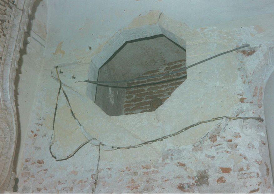 Durante i lavori di restauro del 1995, l'operaio rimuovendo l'intonaco,