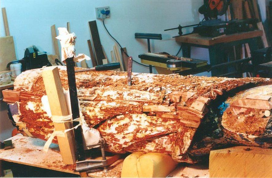 Il legno viene sverniciato, ispezionato e tarttato contro tarli e termiti.
