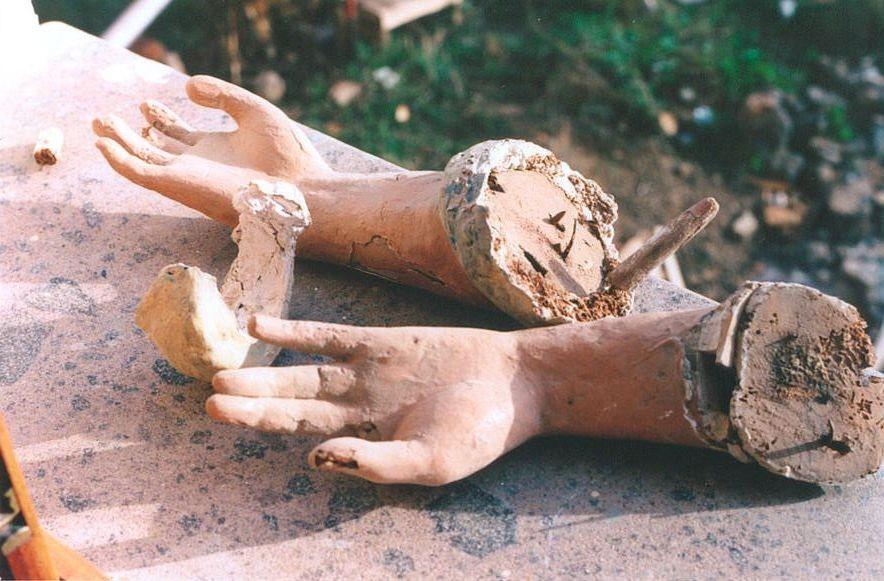 Anche le braccia  le mani richiedono un paziente restauro