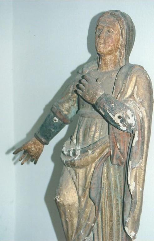 La statua viene sottoposta a restauro