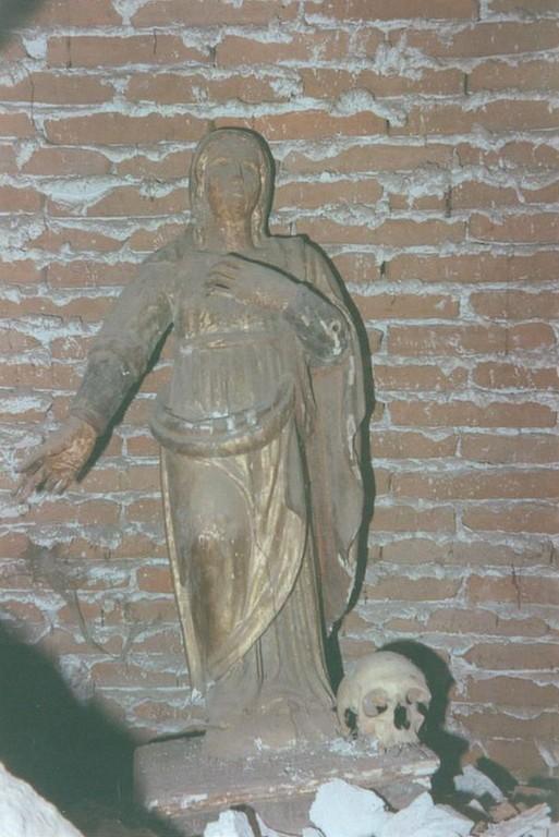 La statua è di Sant'Elisabetta d'Ungheria. I resti umani non sono identificabili