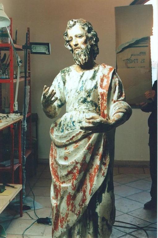 La statua viene stuccata, carteggiata ed è pronta per la pittura