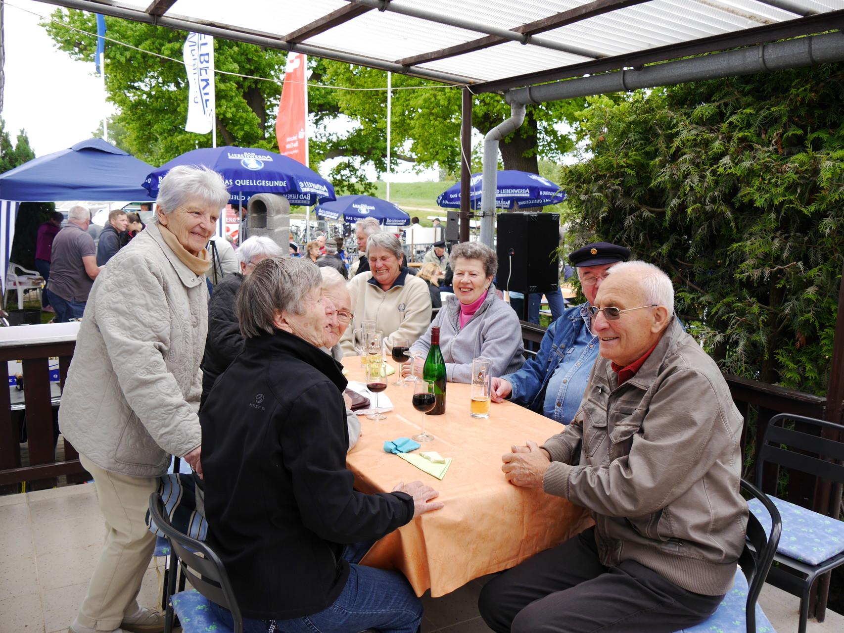 An diesem Tisch ging es sehr gesellig zu. Unsere treuen Besucher kommen regelmäßig zum An- und Abrudern und lassen es sich gut schmecken.