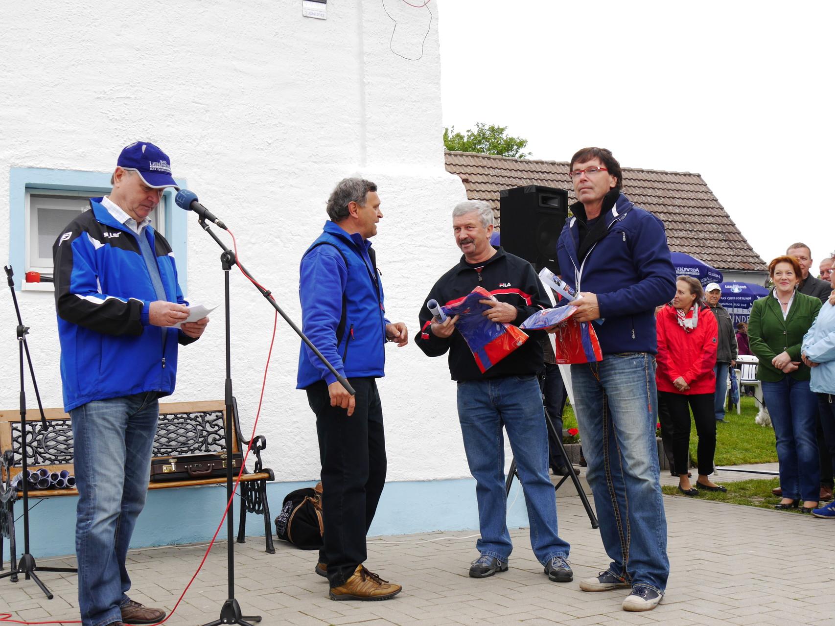 Herr Dieter Sommer und Herr Michael Dreißig erhalten ein Vereins-Shirt als Anerkennung ihrer bevorstehenden Fahrt mit dem Zweier.