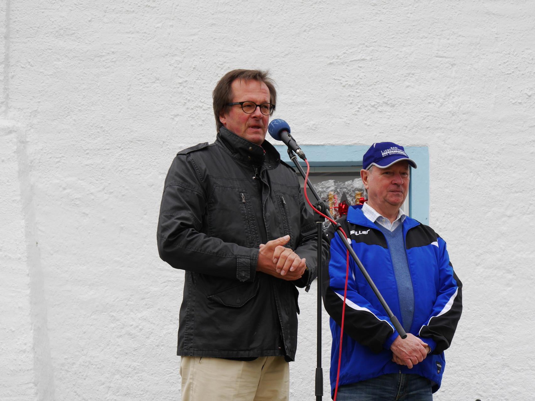 Herr Riecke würdigte das Engagement der ehrenamtlichen Mitglieder und Helfer des Vereins und die Leistungen der Sportler mit einer große, weißen, rollenden Überraschung.