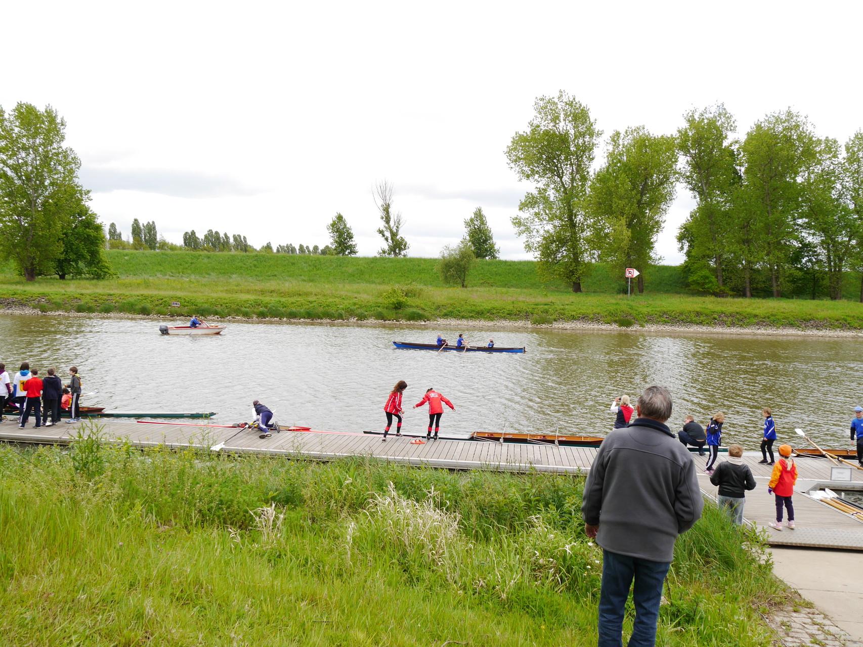 Der Regattabetrieb hat begonnen und die Sportler lassen ihre Boote ins Wasser.