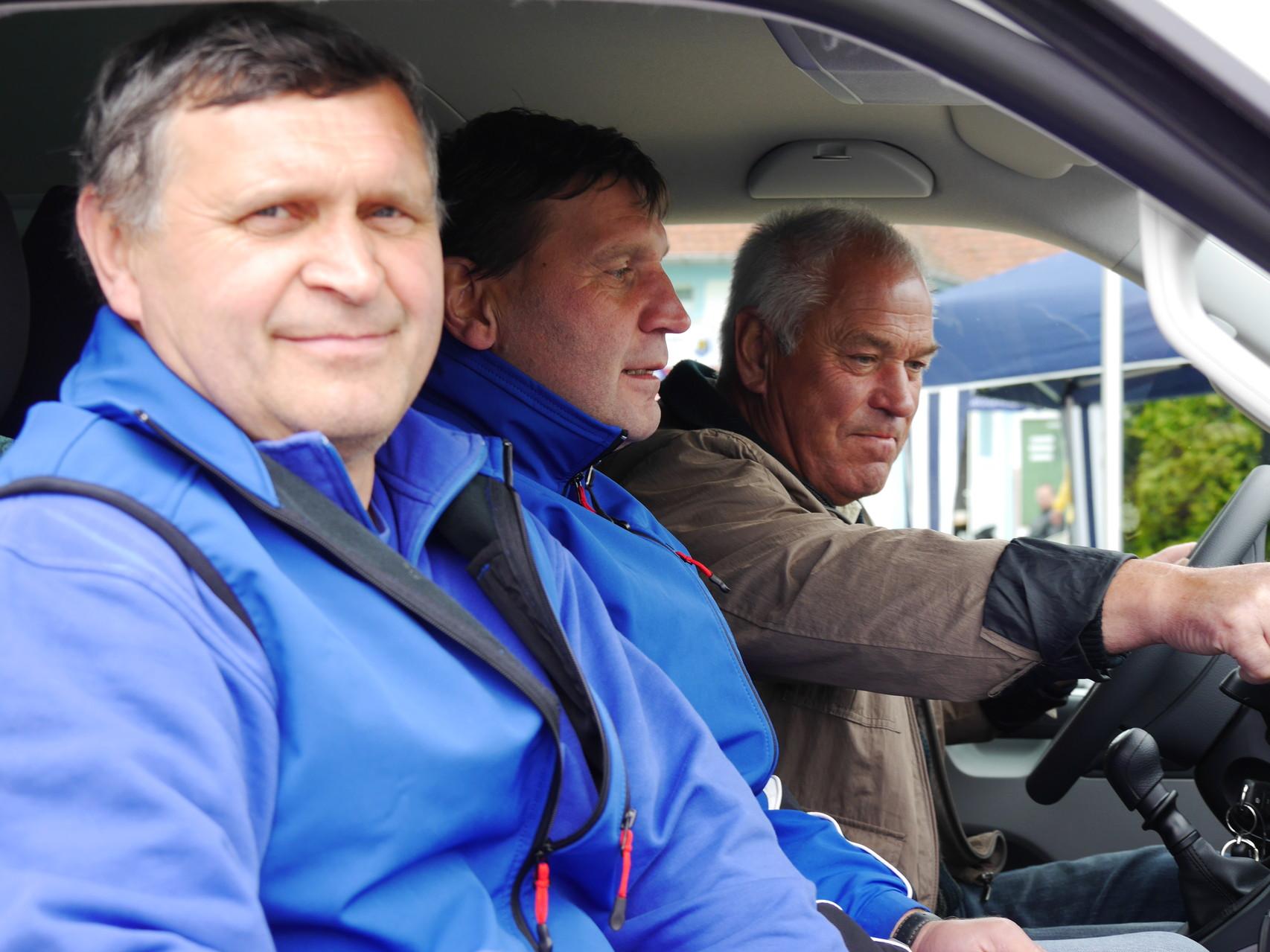 Opa Günter übernahm gern die Rolle des Busfahrers. Jürgen und Uwe bei ihrer Jungfernfahrt!