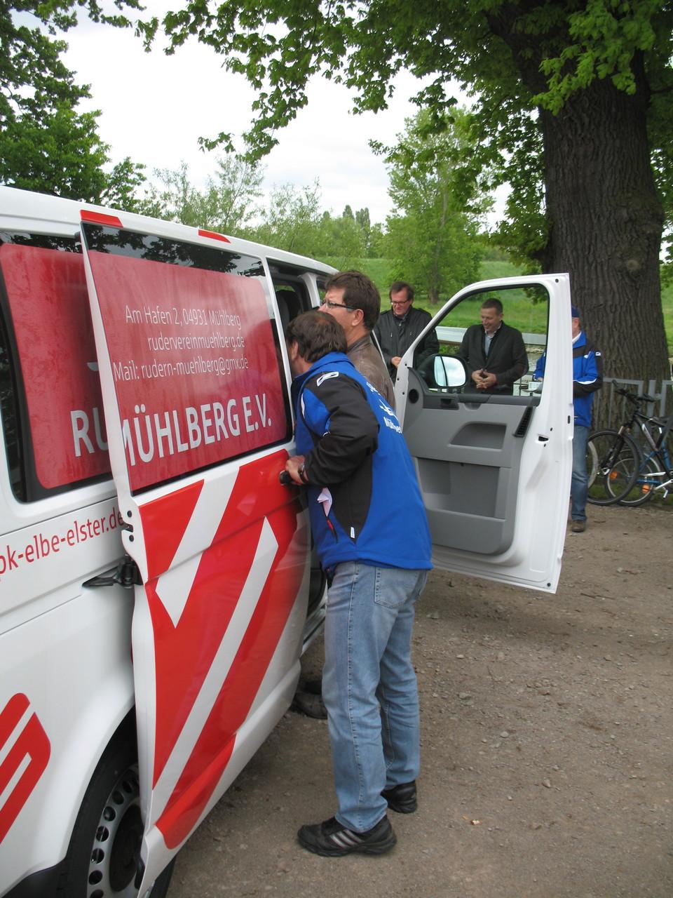 Uwe Besser tastet sich langsam an den neuen Vereinsbus heran - gewünscht haben sich die beiden Trainer den Bus schon lange!