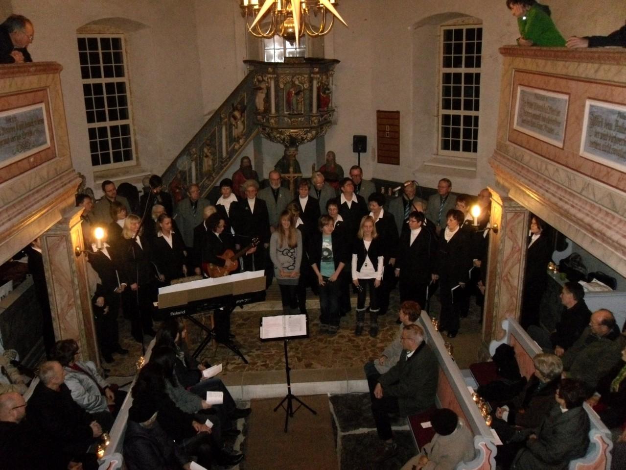 """""""Jingle bells"""" erklingt von Annelie, Lydia und Konrad, begleitet von Martina"""