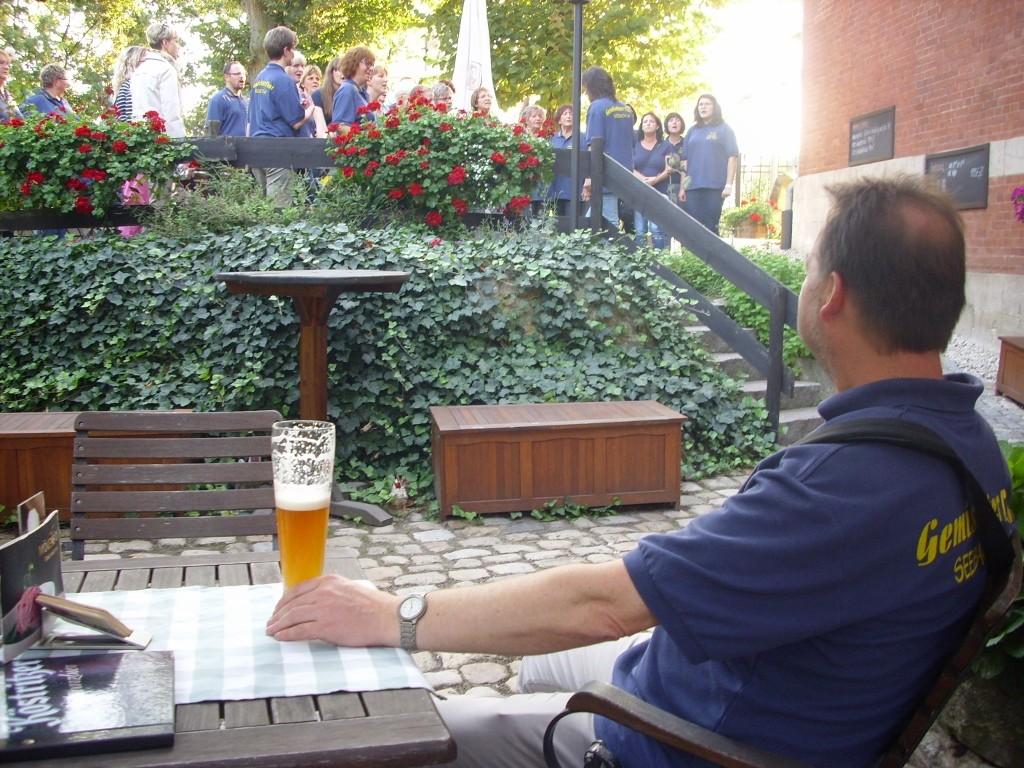 ...er genehmigt sich noch ein letztes Bier.