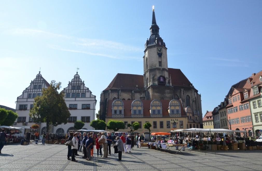 buntes Markttreiben; im Hintergrund die Wenzelskirche