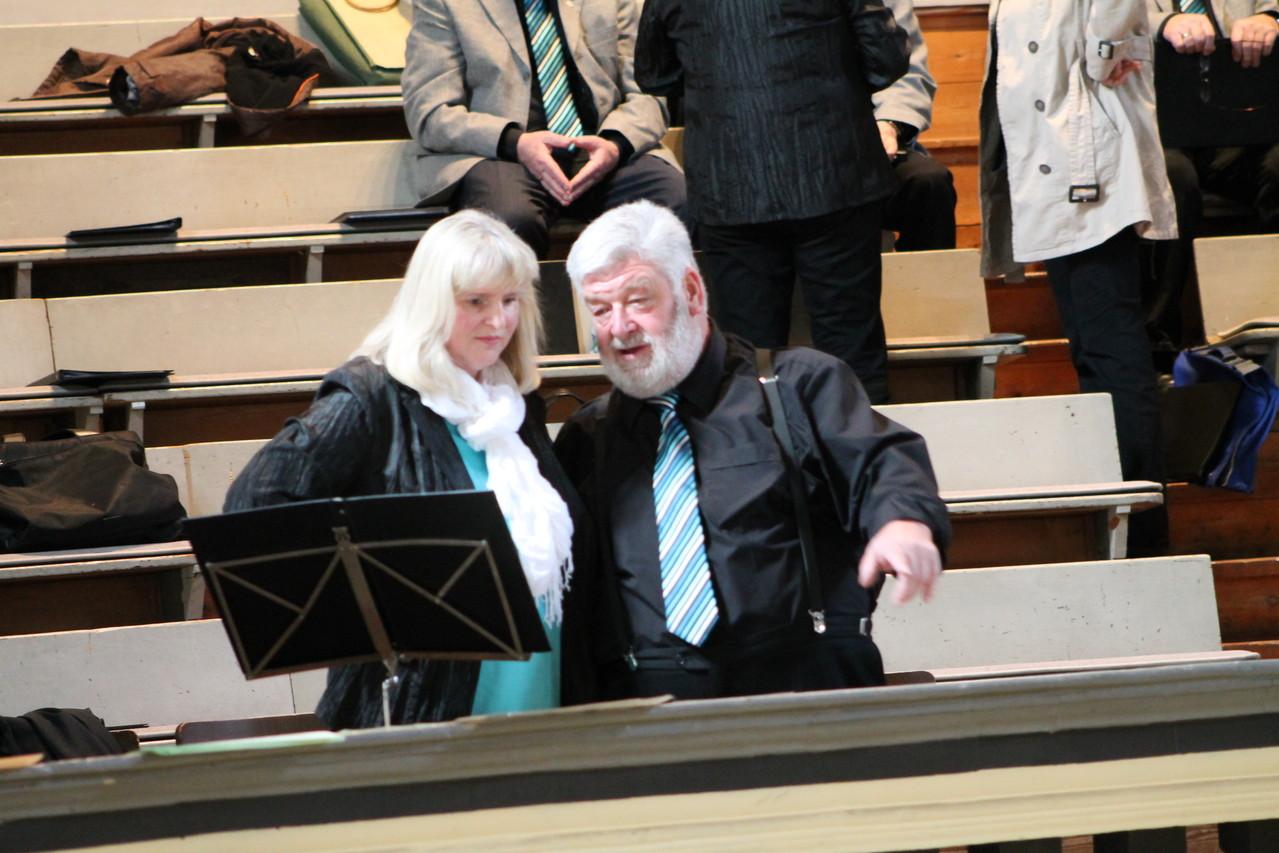 Hier zeigt Bernd der Birgit, wo das Brautpaar dann sitzt