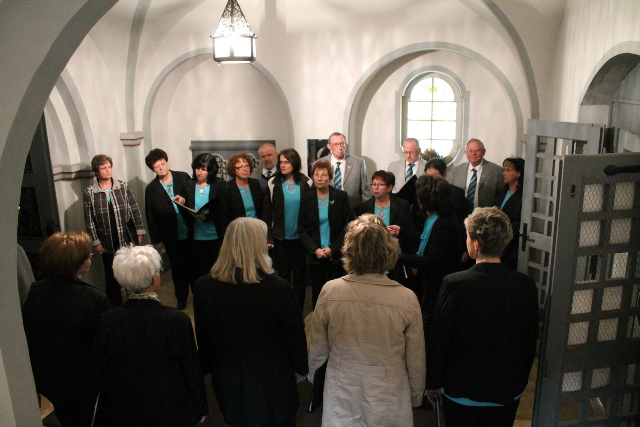 Im Vorraum der Kirche- Aufstellung zu Laudate omnes gentes