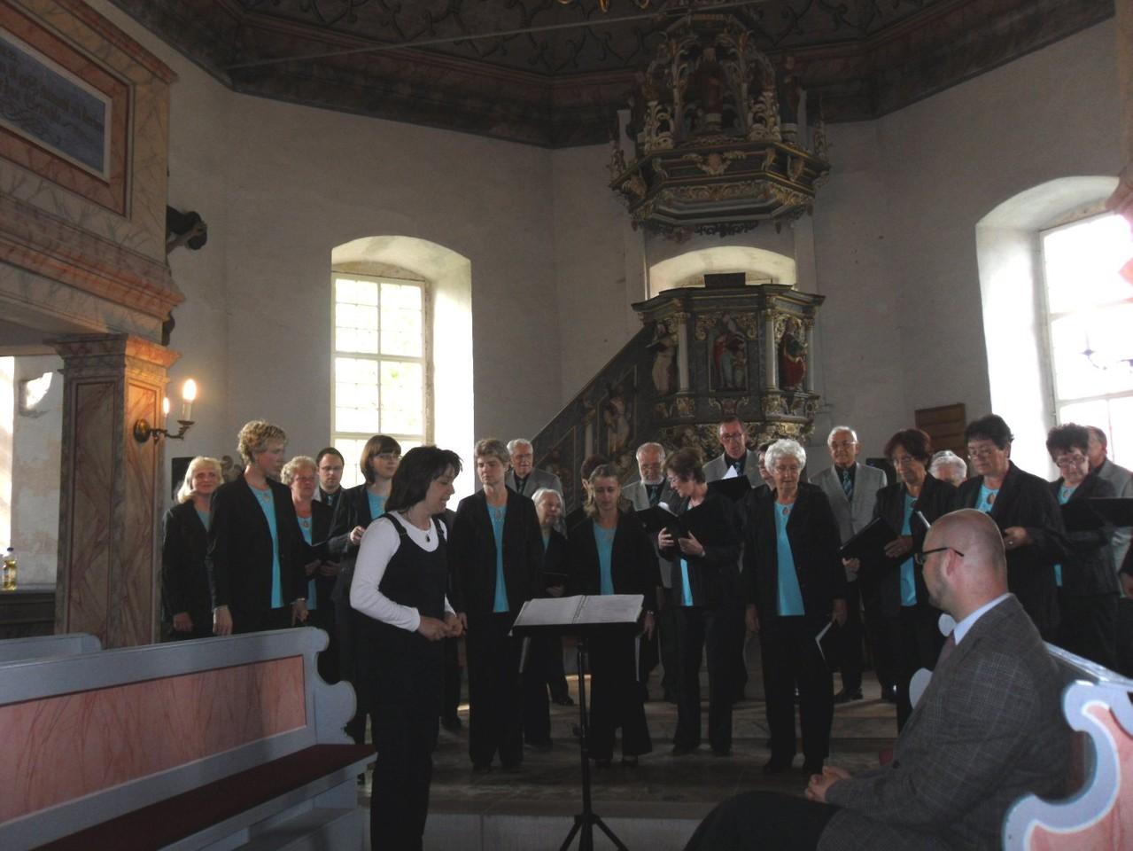 ...die Chorleitung die Ansage des Programms