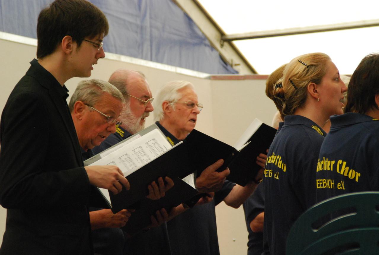 ...wie die Männer schön nach vorne zur Chorleiterin schauen...