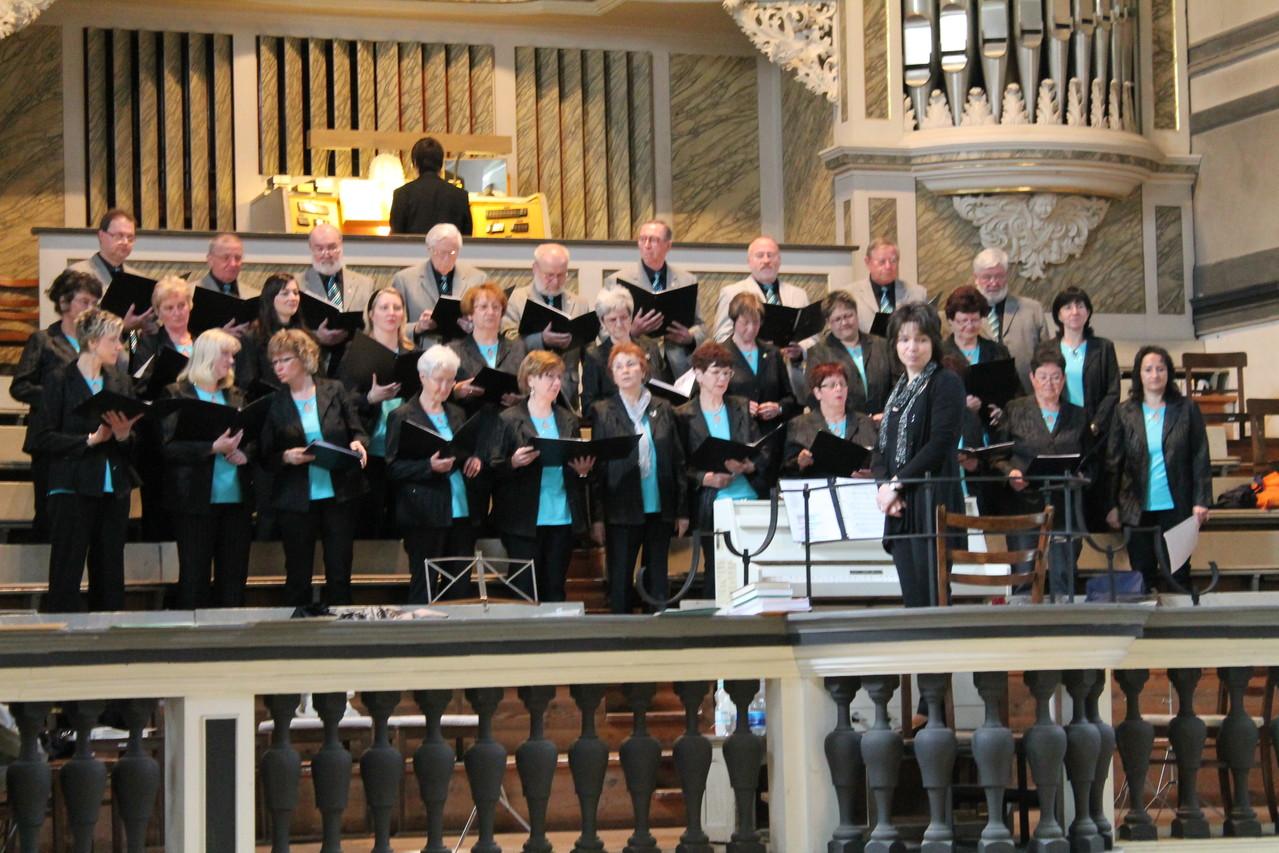 """An der Orgel hat es geklingelt- unser Startzeichen ! """"Preiset froh den König !"""""""