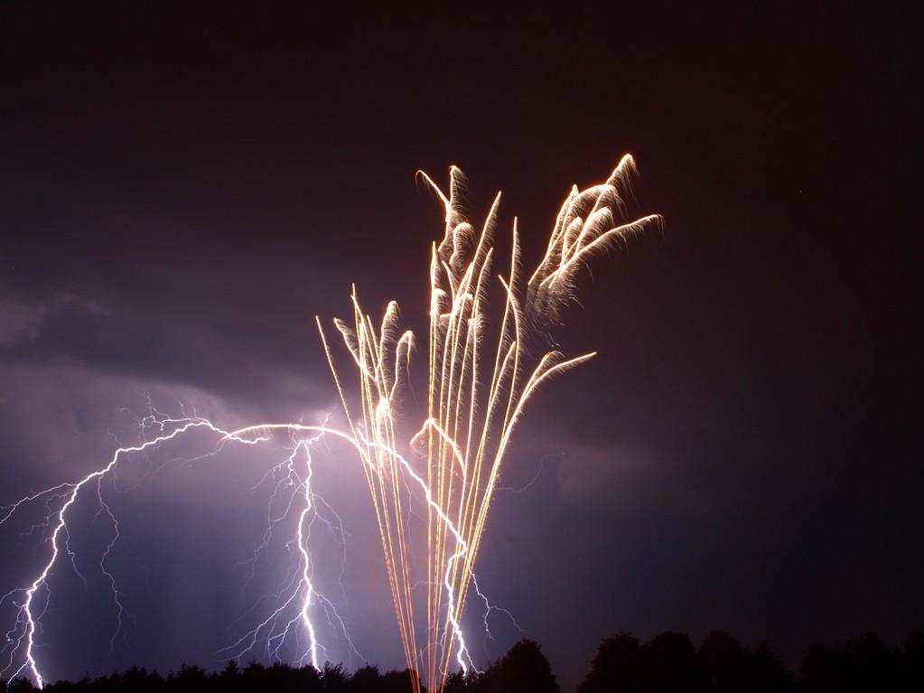 éclair + feu d'artifices.