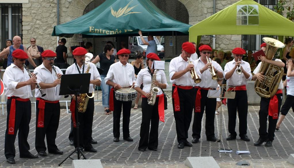 La fanfare a joué les hymnes nationaux.