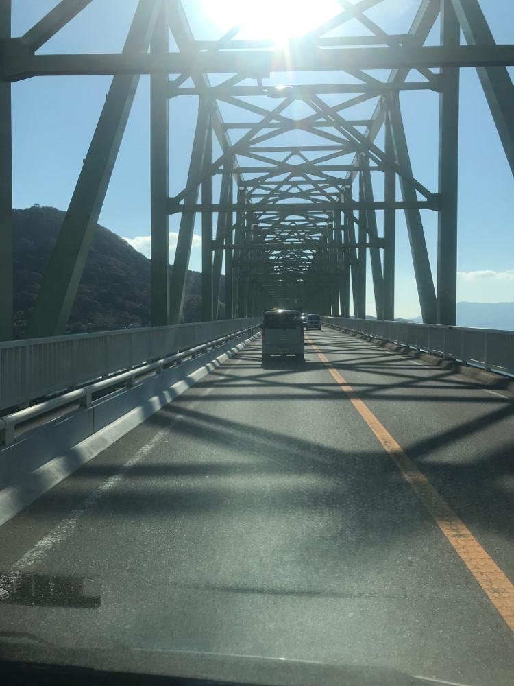 大島大橋を渡る