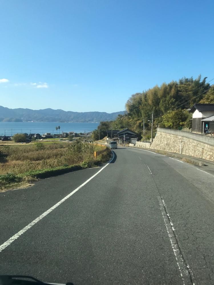 周防大島の道路から見える海