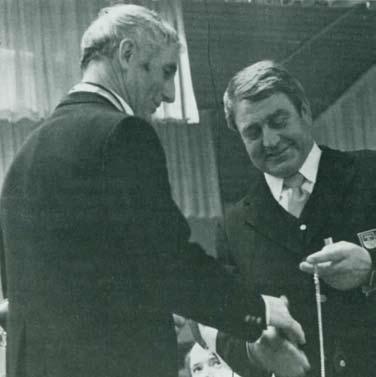 Josef Marschall (rechts) überreicht Anton Maucher für seine 20- jährige Dirigententätigkeit ein Fügelhorn und eine silberne Taschenuhr - als Dank für seine außerordentliche Pünktlichkeit bei Proben und Auftritten. Von seinen Musikkameraden bekam er einen