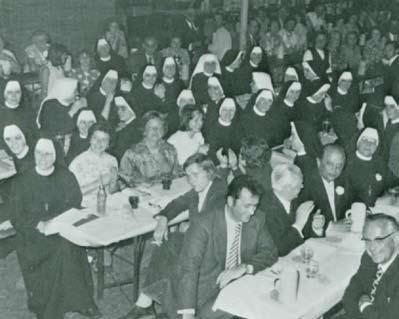 Schon am Freitagabend hat sich das Zelt fast gefüllt. Viele Einwohner und Gäste aus nah und fern sind zum Jubiläum gekommen. Stürmischer Beifall erhielt der Schwesternchor des Klosters für seine Gesangsvorträge.
