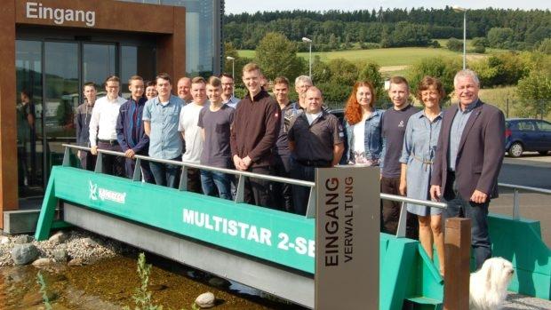 Begrüßung der neuen Auszubildenden und FOS-Praktikanten durch Bernd und Andrea Günther (1. u. 2. v. r.), Personal- und Bereichsleiter sowie den Ausbildungspaten.