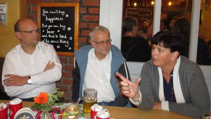 Birgit Kömpel diskutiert mit Wartenberger Bürgern, unter ihnen Bürgermeister Olaf Dahlmann (links)