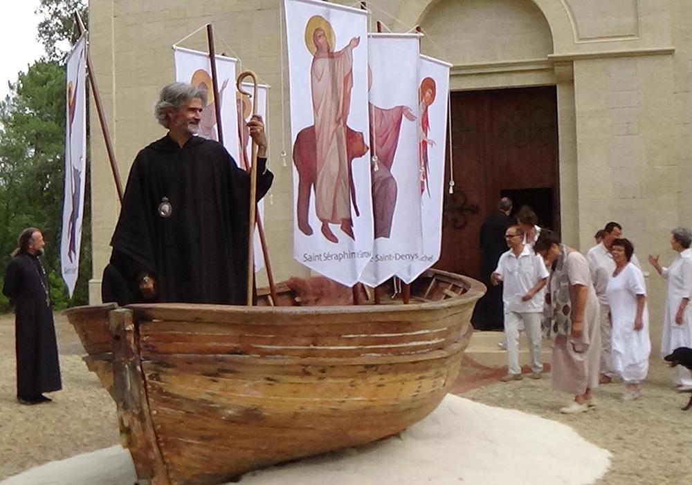 Mgr Martin, évêque de saint Maximin - la Sainte Baume, donne l'envoi...